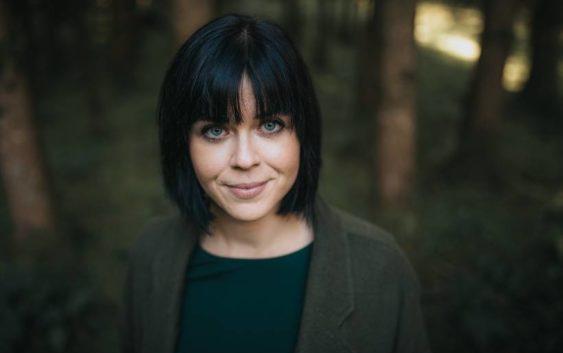Mareike Fallwickl: Dunkelgrün fast schwarz – Roman
