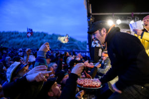 Ole Plogstedt ond Stefan Marquard serverieren Mexikaner auf der Rock 'n' Roll Butterfahrt